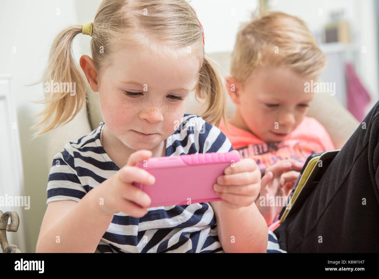 Les enfants l'utilisation de la technologie pour les jeux Photo Stock
