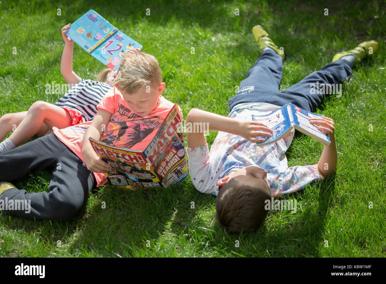 En dehors de la lecture pour les enfants Photo Stock