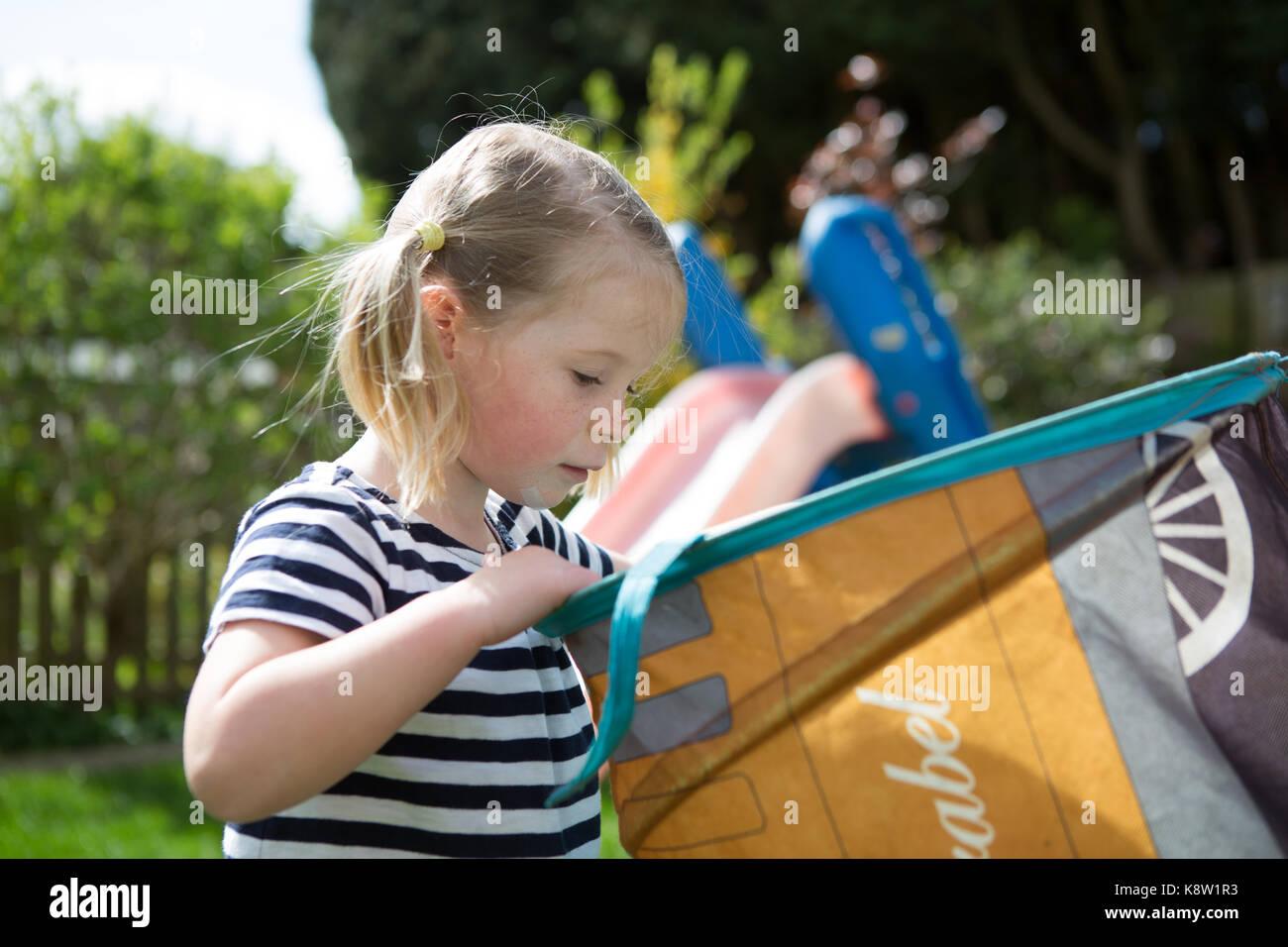 Les enfants britanniques jouant les garçons et les filles Photo Stock