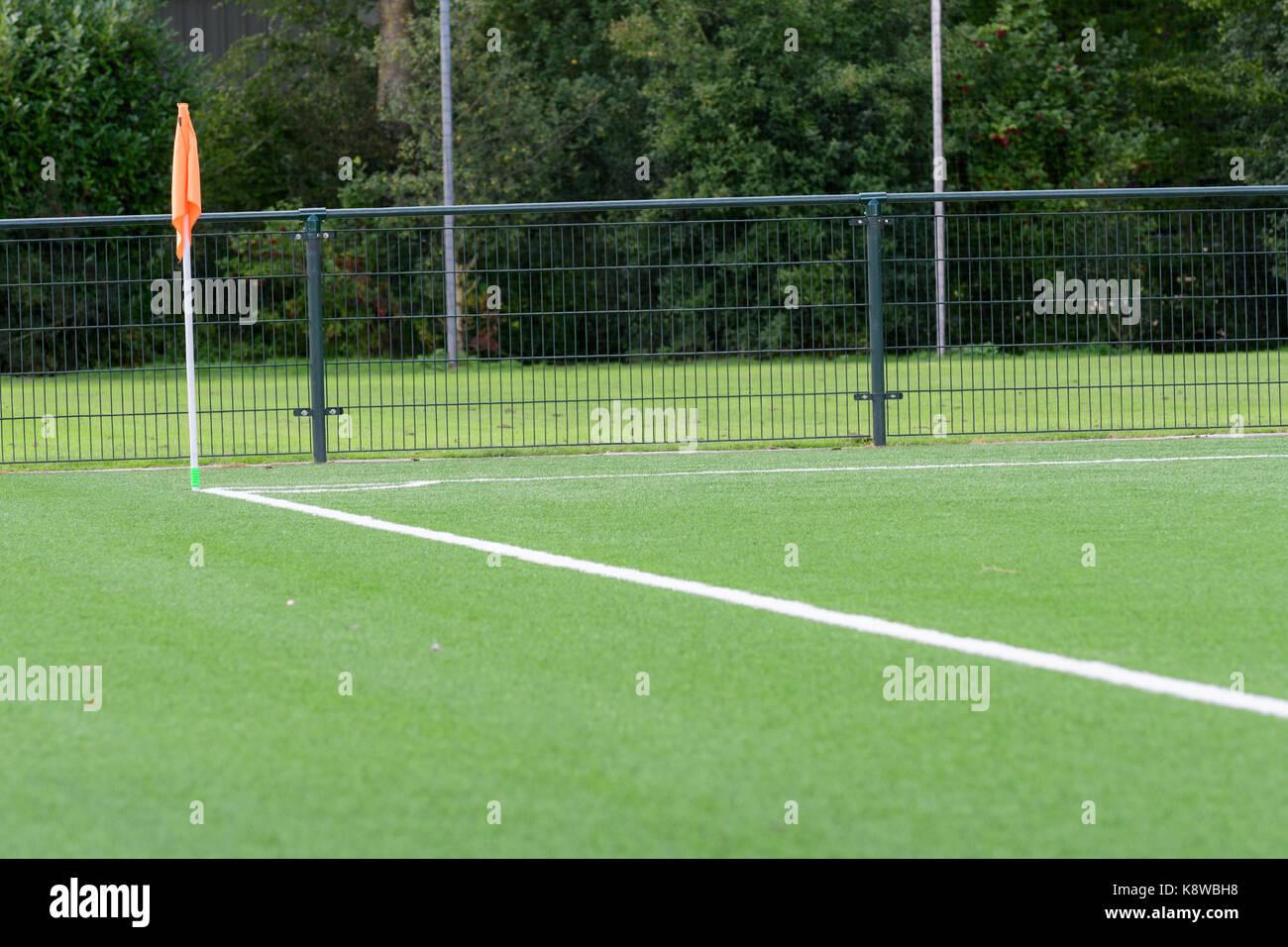 L'écart et poteau de coin et la ligne de base d'un terrain de football en gazon artificiel Photo Stock