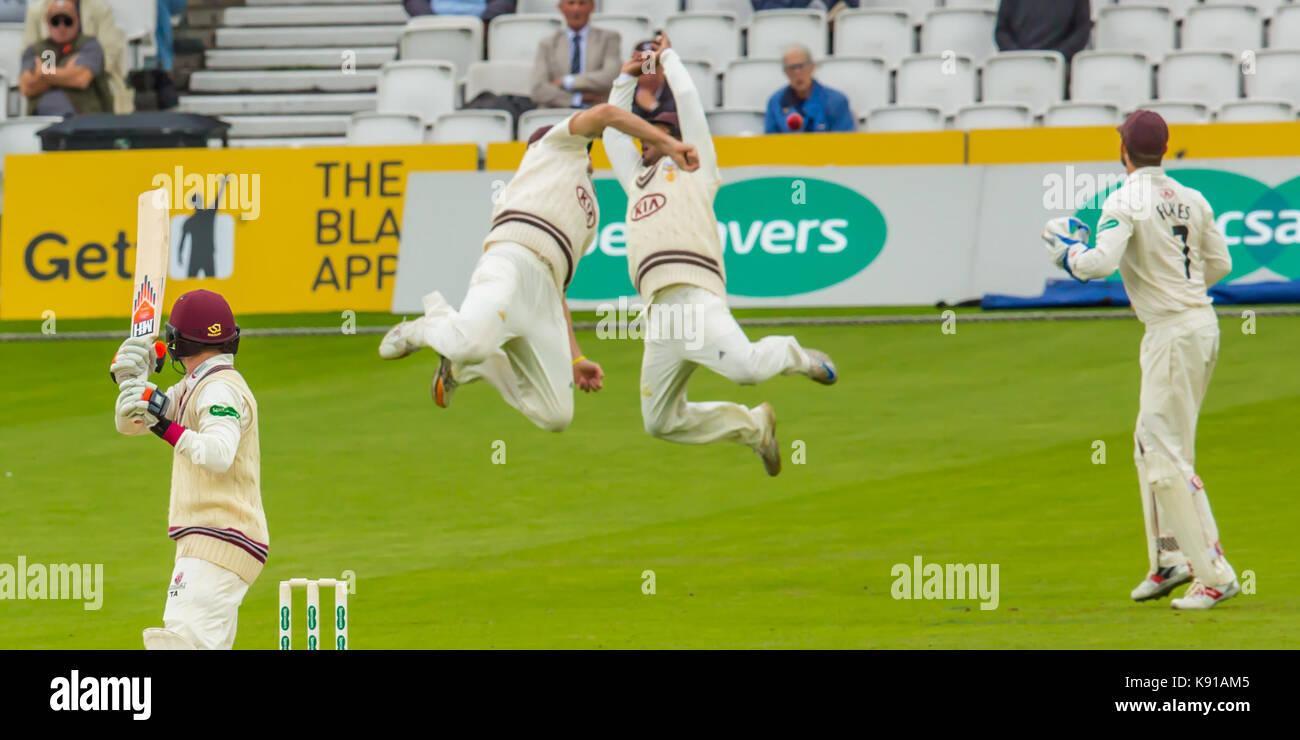 Londres, Royaume-Uni. Sep 21, 2017. Rikki Clarke et Kumar Sangakkara échouerait à attraper Tom Abell batting pour Somerset contre Surrey sur la troisième journée du Championnat du comté de Specsavers match à l'Ovale. Crédit: David Rowe/Alamy Live News Banque D'Images