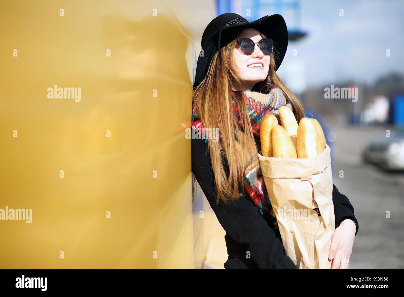 ac986b6ccf7 Femme française pour une promenade dans les épiceries Banque D ...
