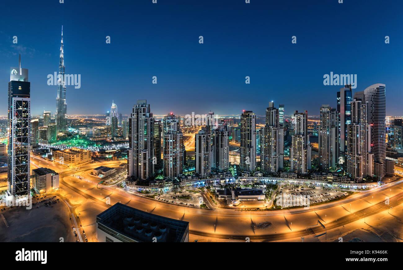 Paysage urbain de Dubaï, Emirats arabes unis. Au crépuscule, avec les gratte-ciels illuminés au premier Photo Stock