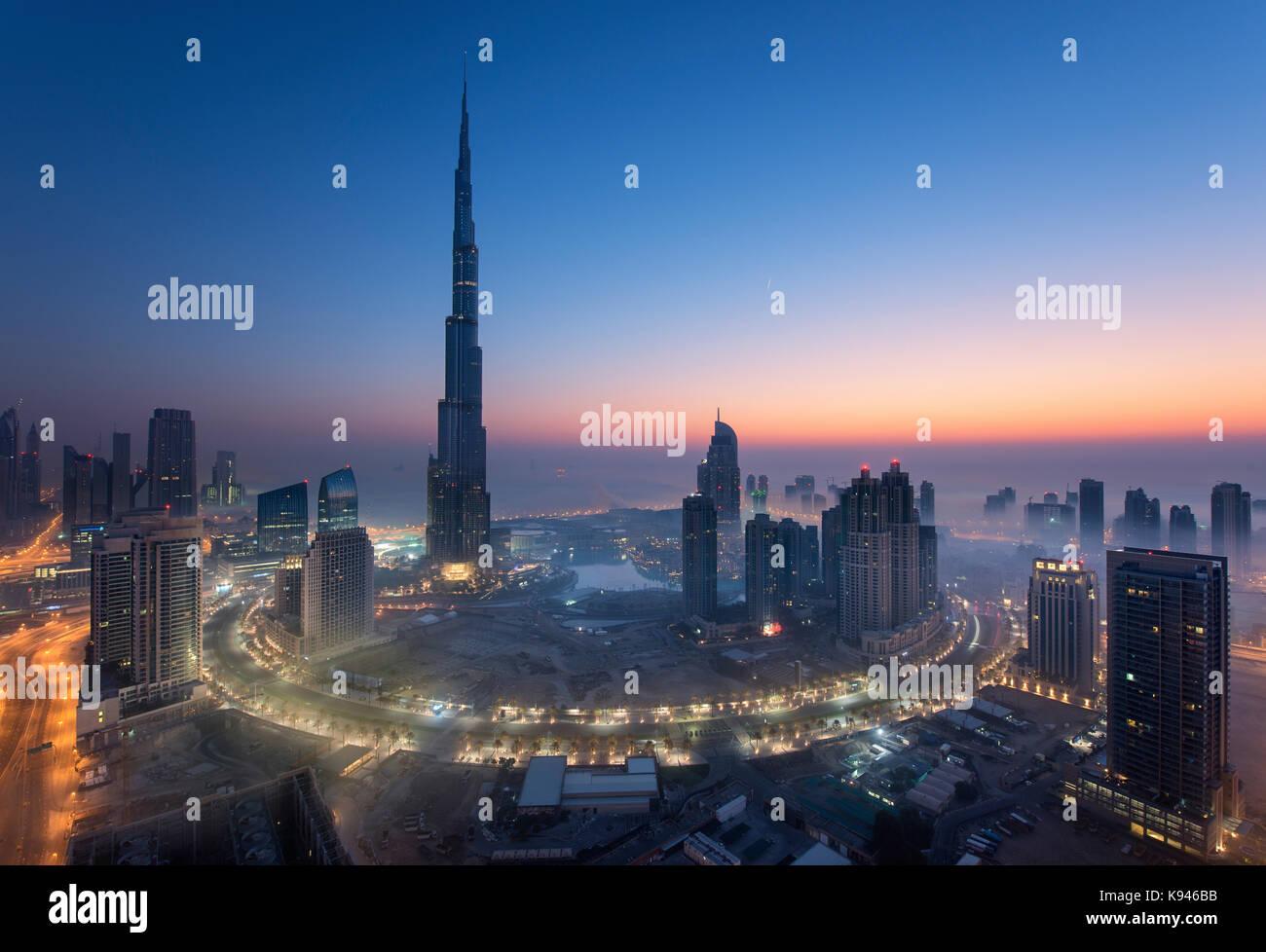 Paysage urbain de Dubaï, Émirats arabes unis, au crépuscule, avec le gratte-ciel Burj Khalifa et Photo Stock