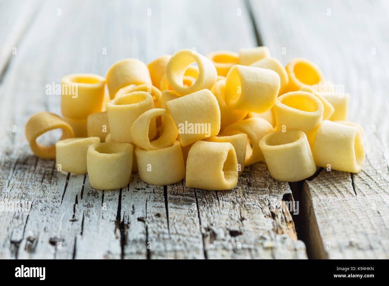 Croustillant de pomme de terre salée. bagues Bagues. Photo Stock