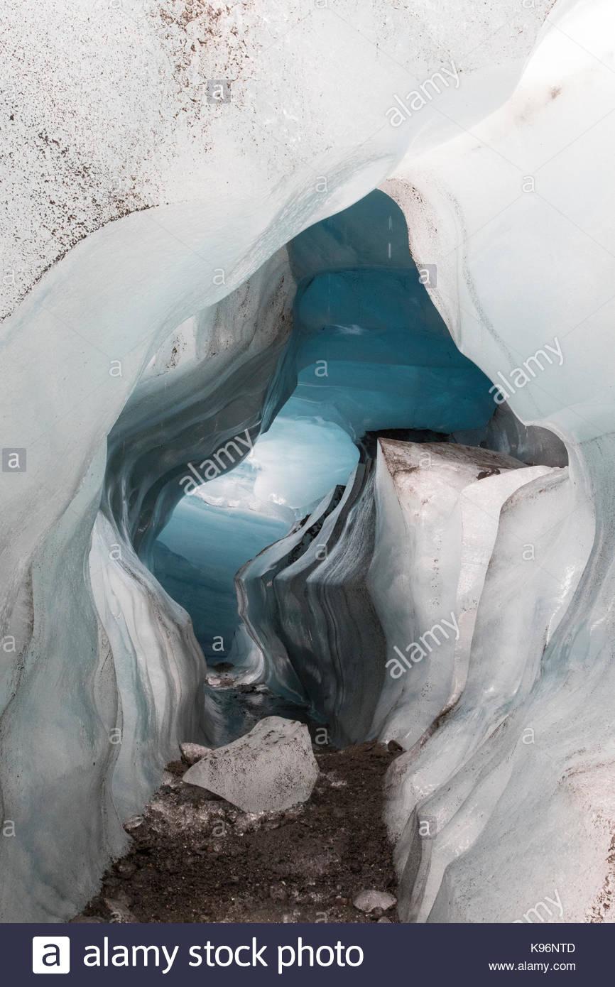 Une grotte de glace naturelle que formée sous dans le Vatnajokull Svinafellsjokull Parc National. Photo Stock