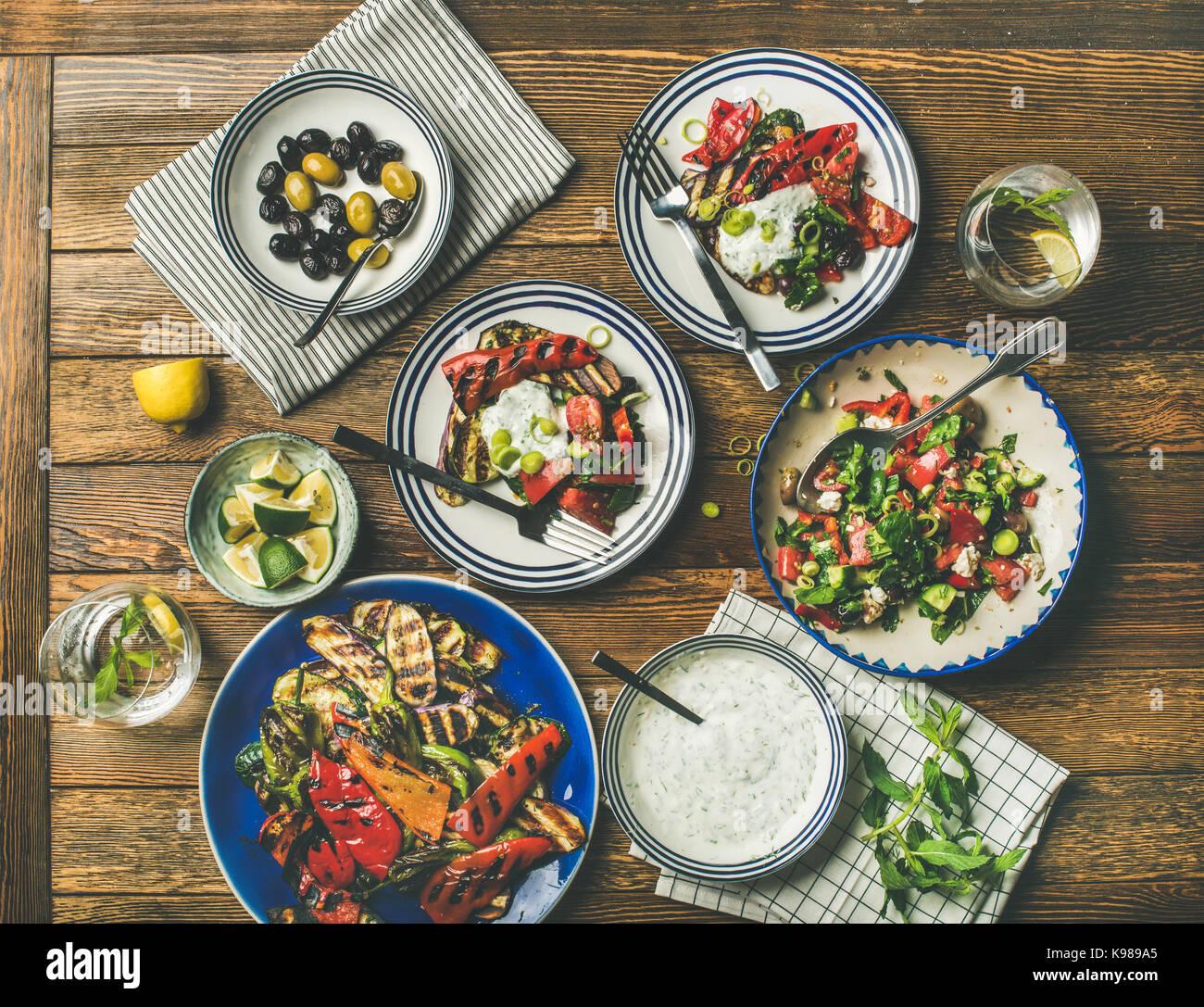 Télévision à jeter de table de dîner en bonne santé avec des collations , vue d'en Photo Stock