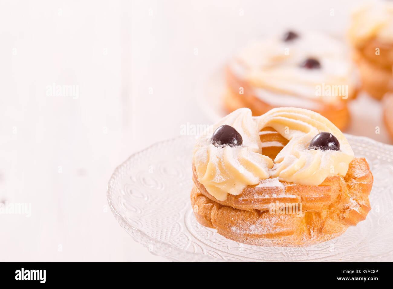 Zeppole avec la crème pâtissière. Photo Stock