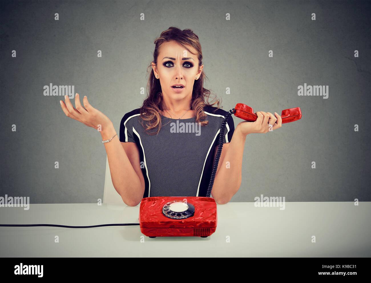 Femme choqué de recevoir de mauvaises nouvelles sur le téléphone Photo Stock