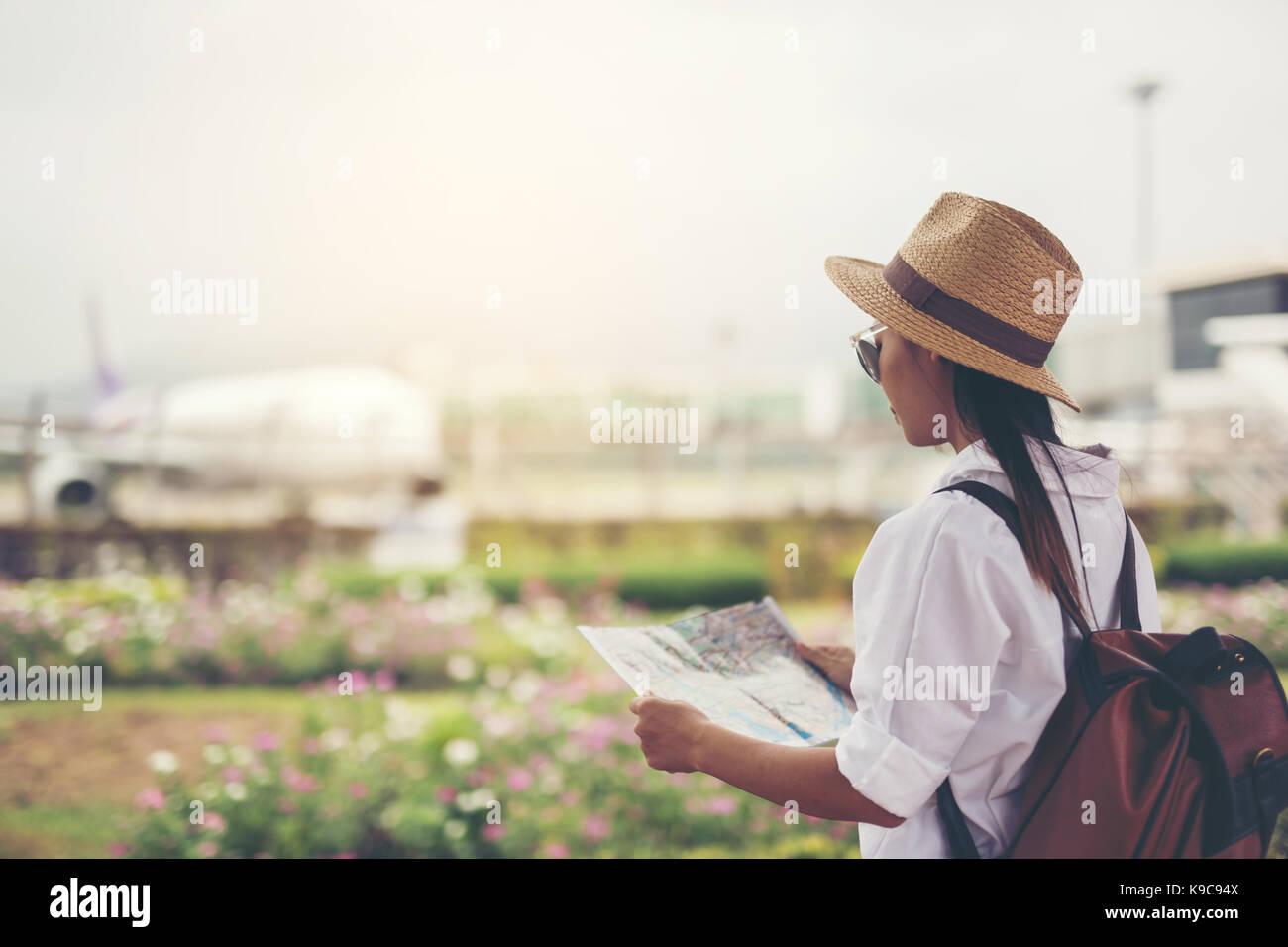 Happy women'sur la carte pour l'aéroport locations.travel concept. Photo Stock