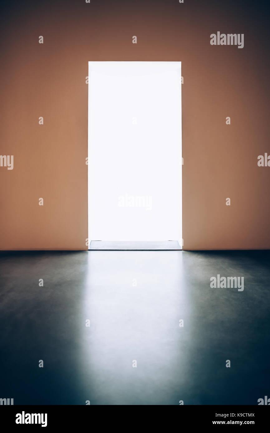 Porte de lumière dans une pièce sombre.espoir concept Photo Stock