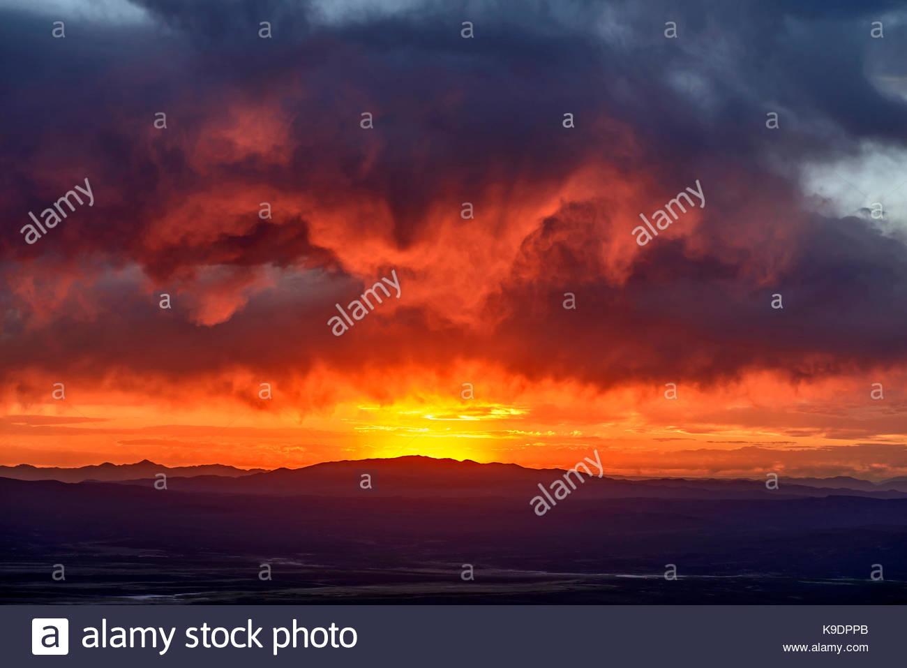 La formation des nuages sur la gamme Shoshone, Lander Comté, NevadaNV Photo Stock