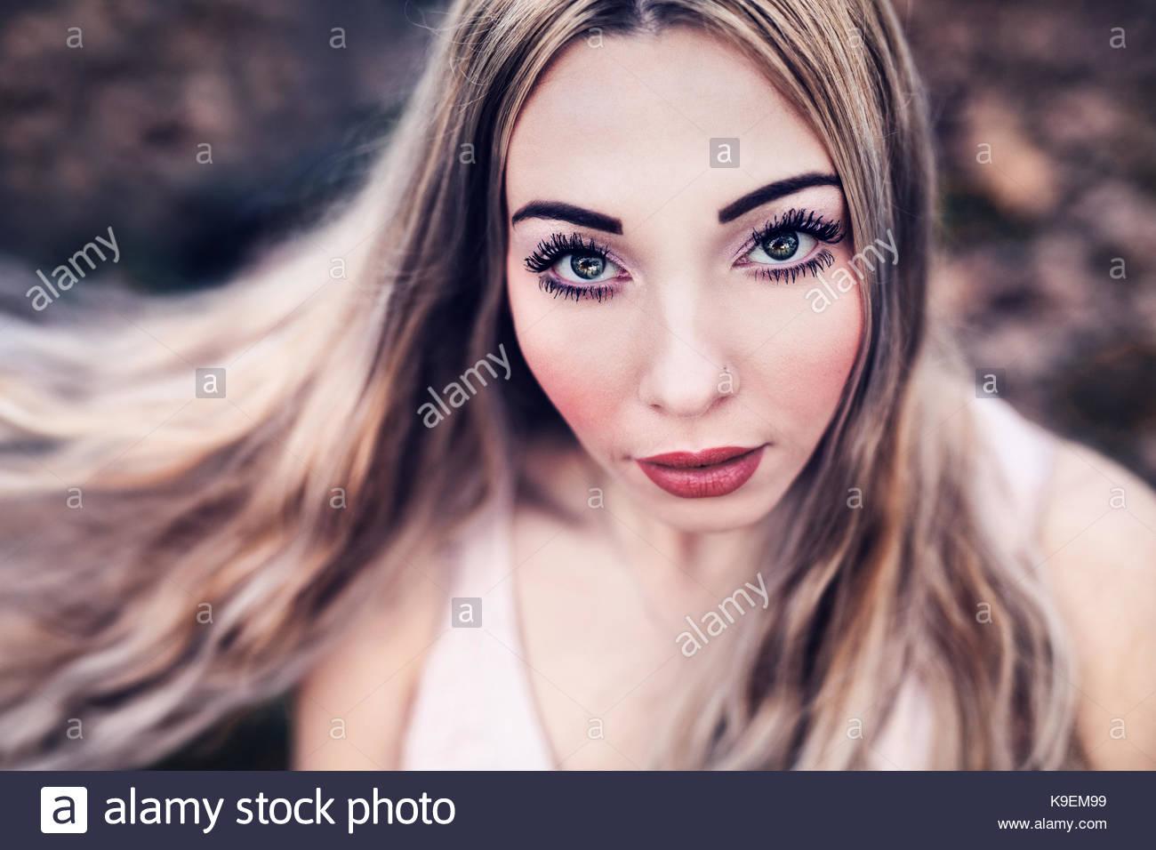 Modèle russe à regarder l'appareil photo. Yeux bleu-vert, cheveux blonds, lèvres rouge Photo Stock