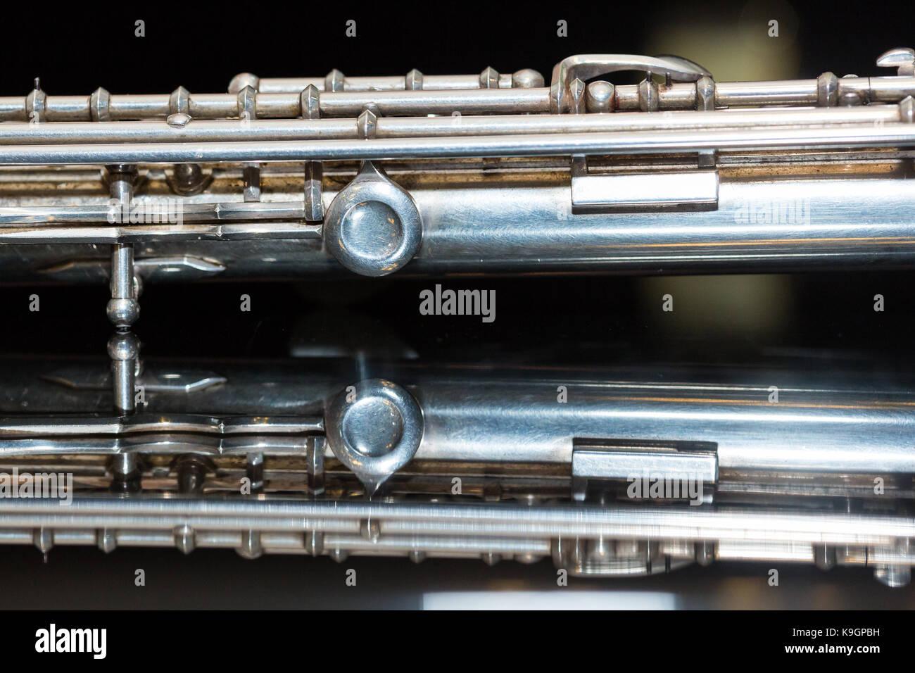 La musique symphonique concept - gros plan sur l'ouest de concert flûte corps se trouve sur le miroir pur Photo Stock