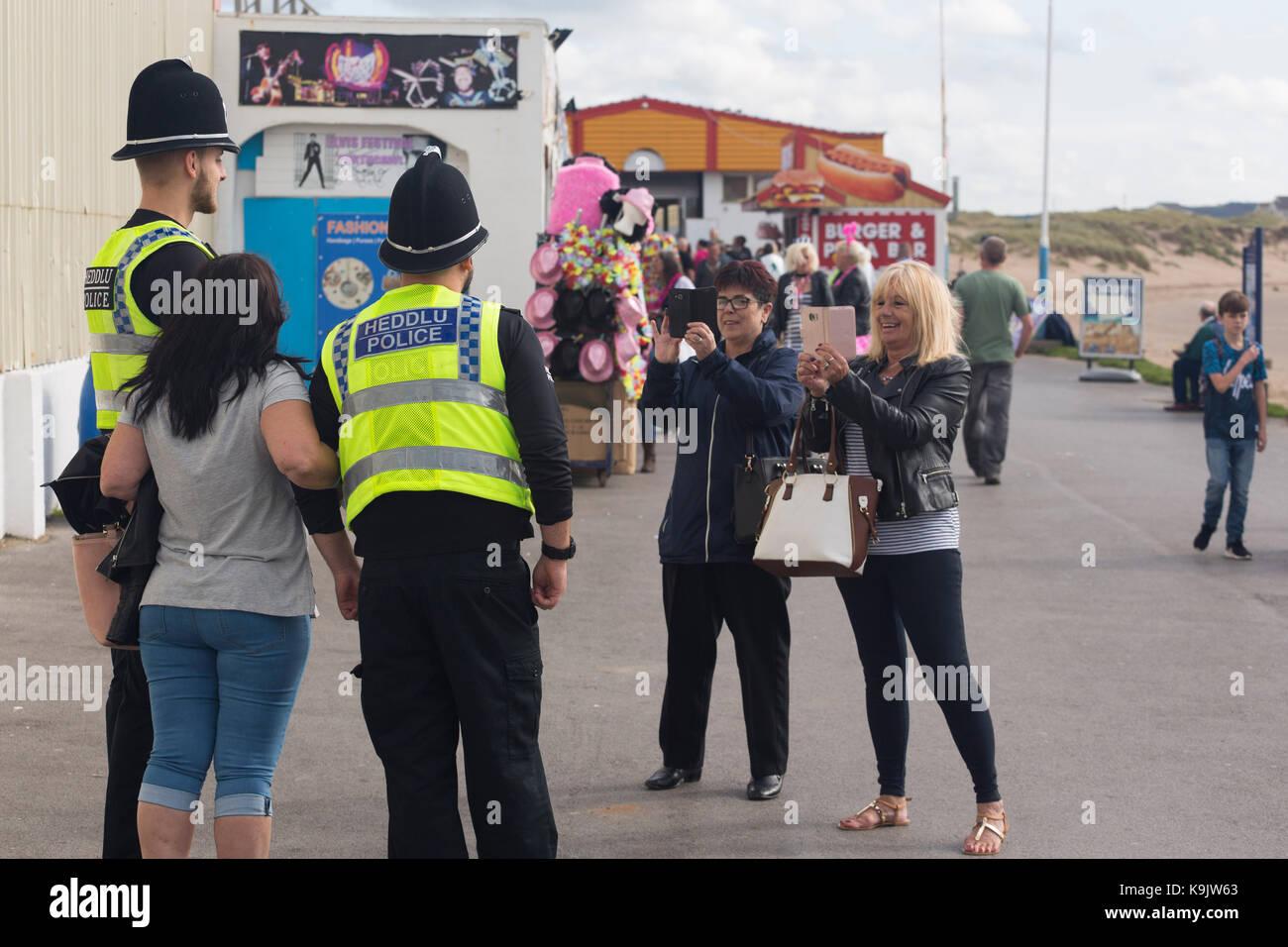 Les visiteurs du Festival Elvis Presley de Porthcawl, Porthcawl, le Pays de Galles ont une photo prise avec des Photo Stock
