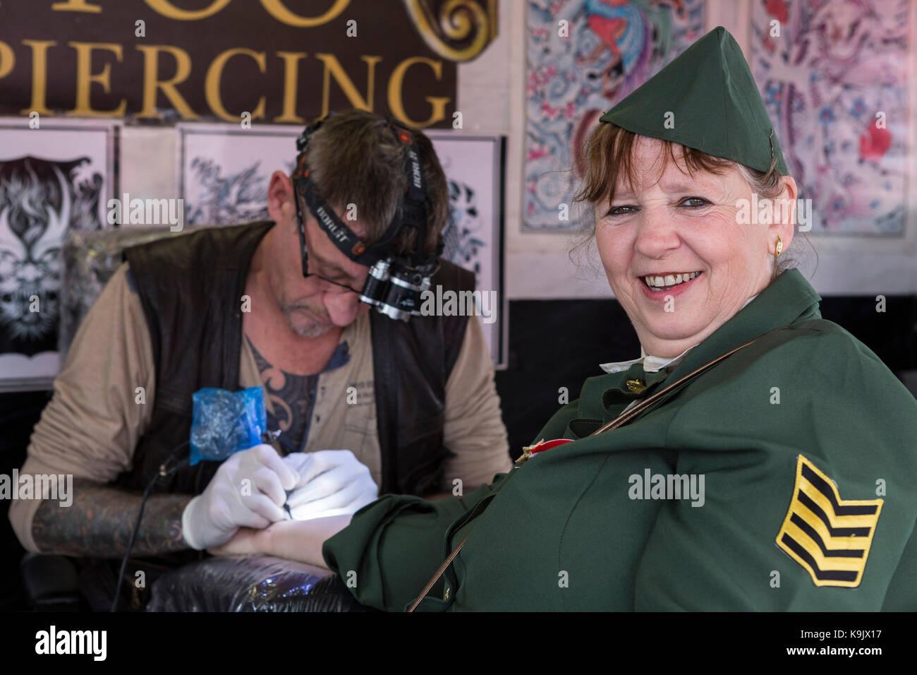 Helen Cassell de Llanelli, vêtu comme un GI américain, ayant son premier tatouage à l'Porthcawl Photo Stock
