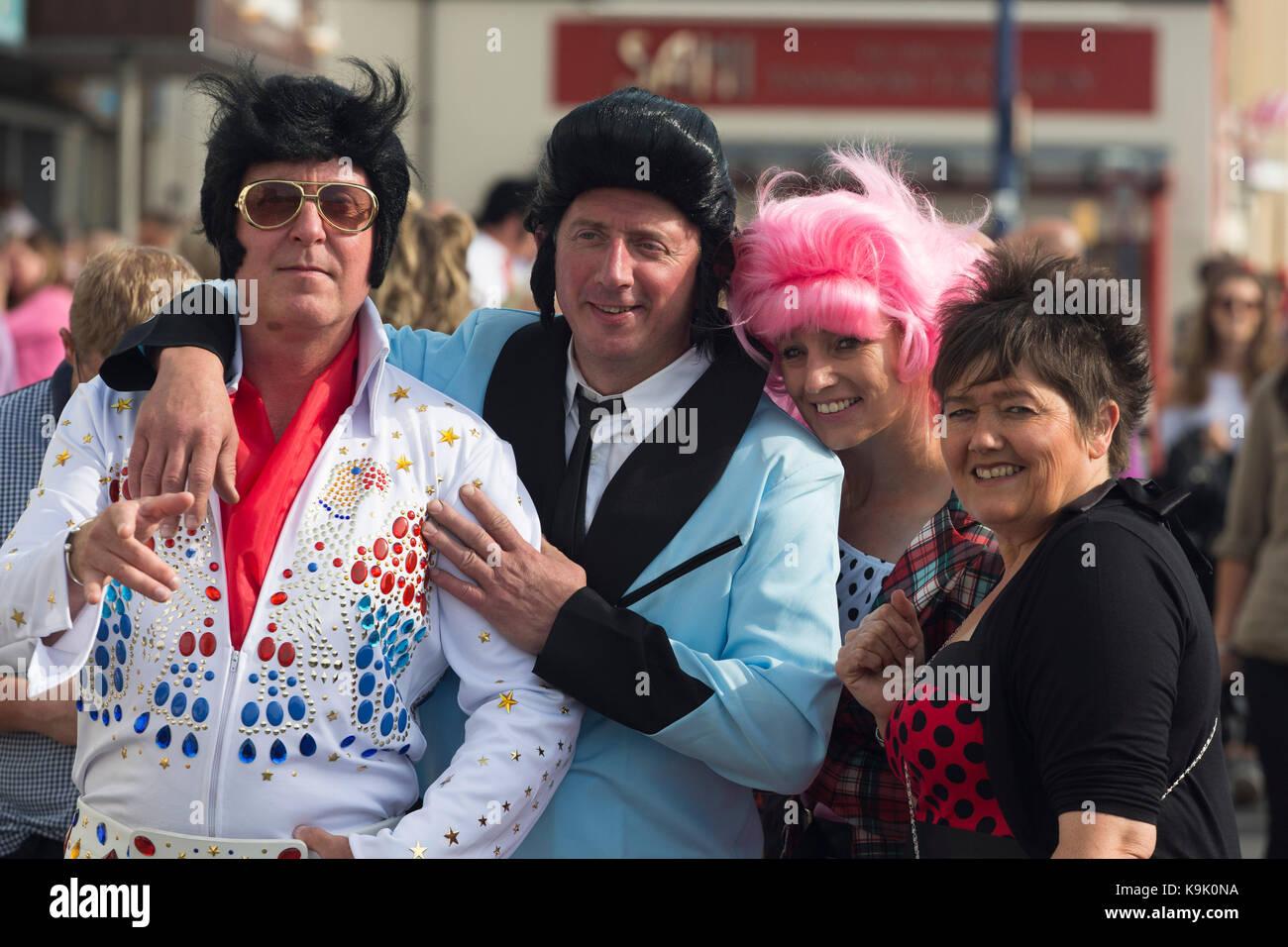 Les visiteurs déguisés en Elvis Presley Festival à Porthcawl, au Pays de Galles Photo Stock