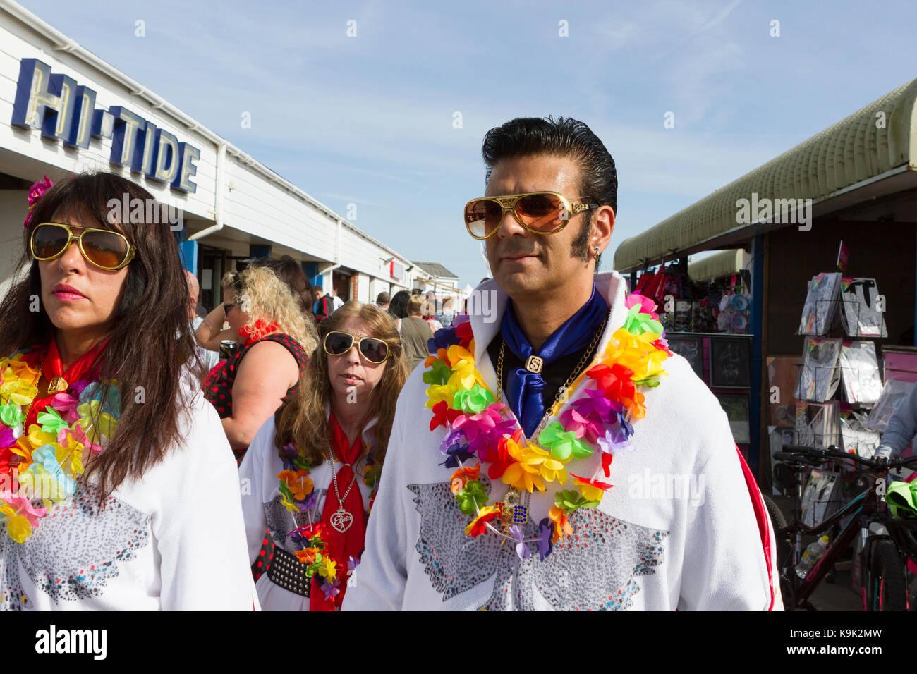 Look Elvis-a-like et les femmes en robe de soirée à un Festival Elvis Presley à Porthcawl, au Pays Photo Stock