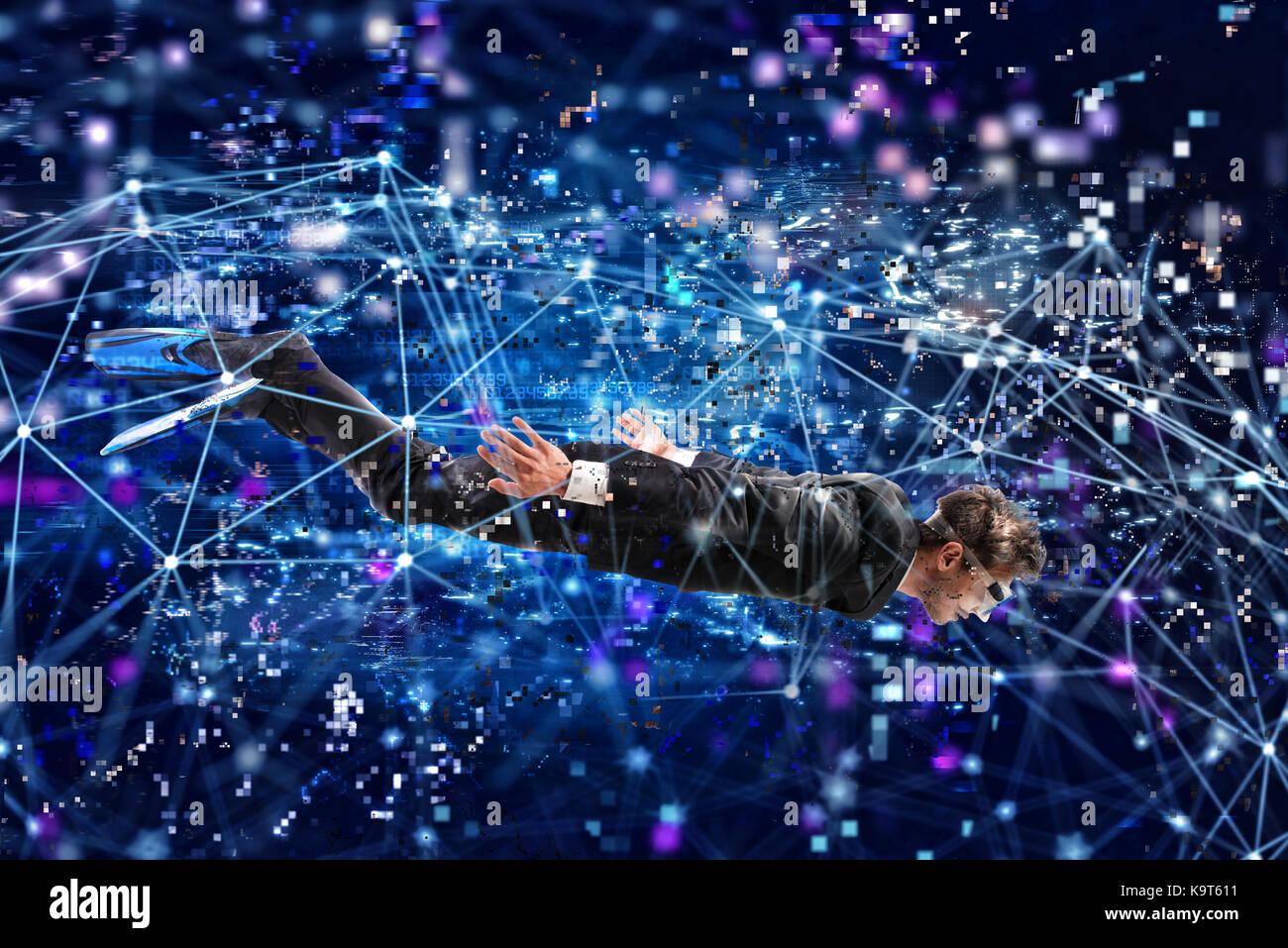 Businessman surfer sur l'internet sous l'eau avec masque. concept d'exploration de l'internet Photo Stock