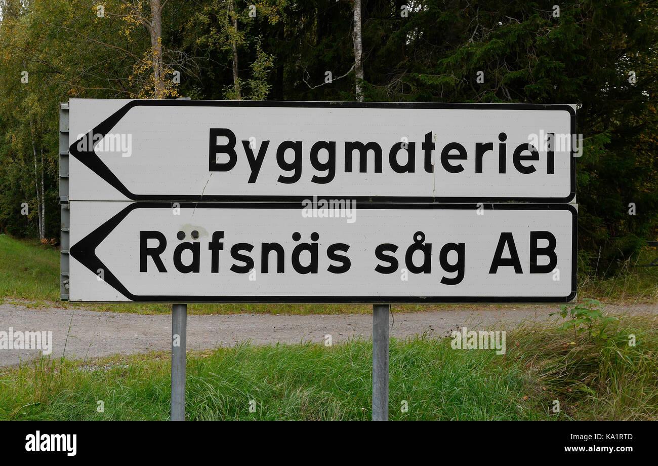 Panneau de signalisation routière à l'extérieur de Räfsnäs såg, près de Gräddö, Rådmansö dans l'archipel de Roslagen à Stockholm, Suède, Europe. Banque D'Images