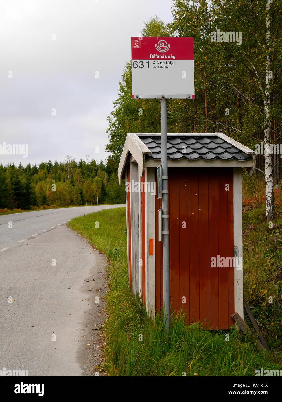Arrêt de bus à l'extérieur de Räfsnäs såg, près de Gräddö, Rådmansö dans l'archipel de Roslagen à Stockholm, Suède, Europe. Banque D'Images