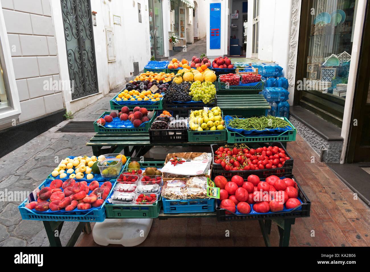 Fruits et légumes frais locaux pour la vente sur un marché de rue dans la région de Capri, Italie. Photo Stock