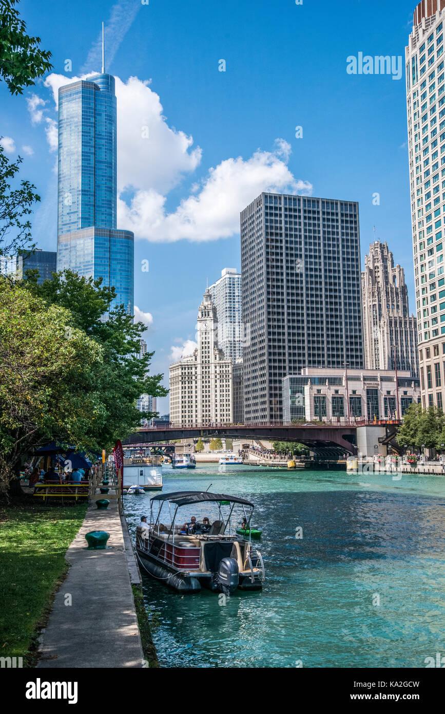 Chicago. Trump Tower surplombant la ville et la rivière cichago Photo Stock