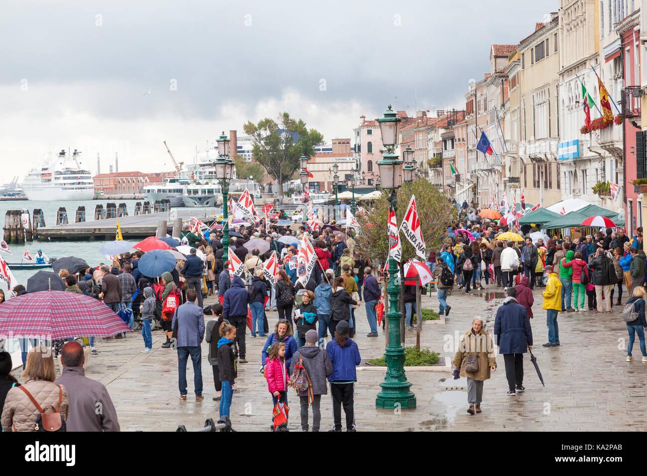 Venise, Vénétie, Italie. 24 septembre 2017. Les participants au pas Grandi Navi, ou pas de gros navires, Photo Stock