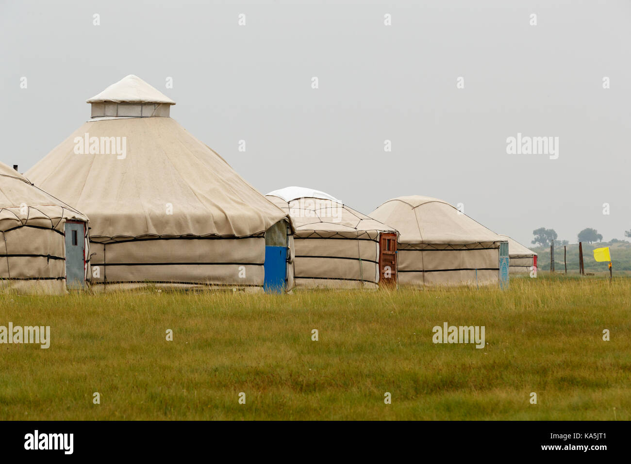 Yourtes traditionnelles ou des tentes dans les prairies de la Mongolie Photo Stock