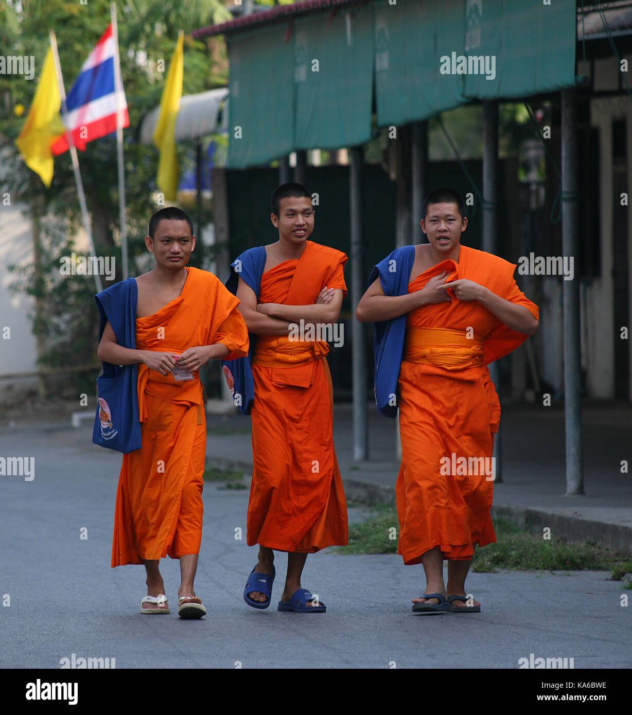 La vie quotidienne dans un monastère Bouddhiste. Les moines aller à la ville pour recueillir des aumônes. Photo Stock