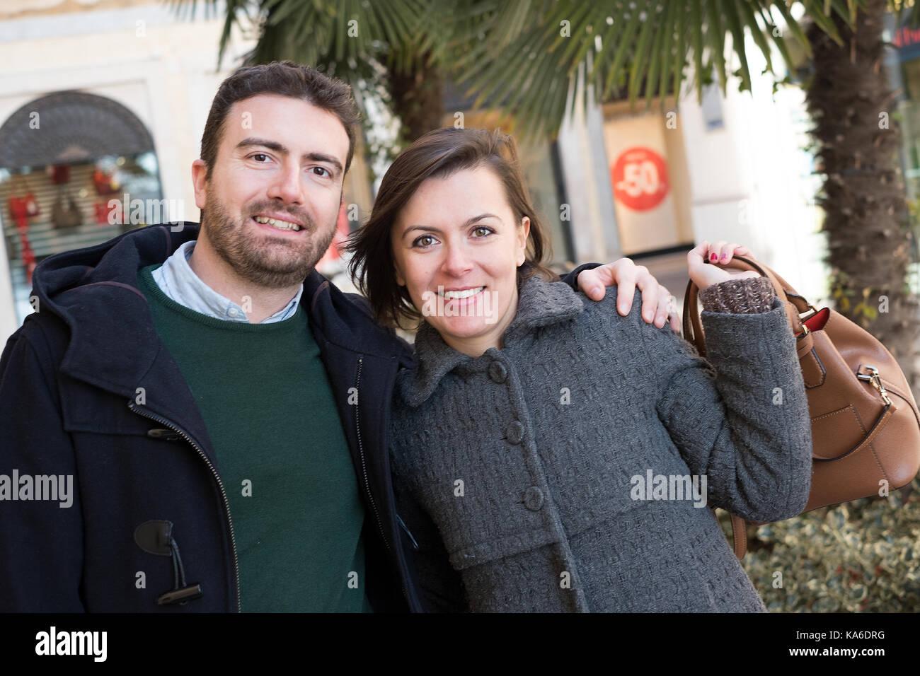 Couple dans votre temps à marcher dans la ville street Photo Stock