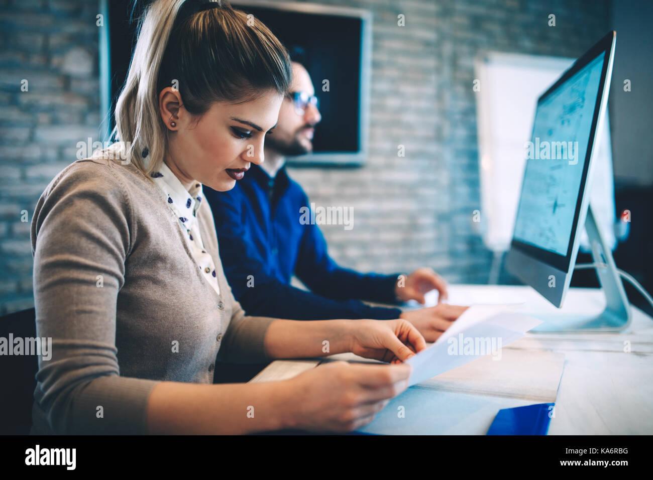 Belle femme travaillant dans un bureau moderne Photo Stock