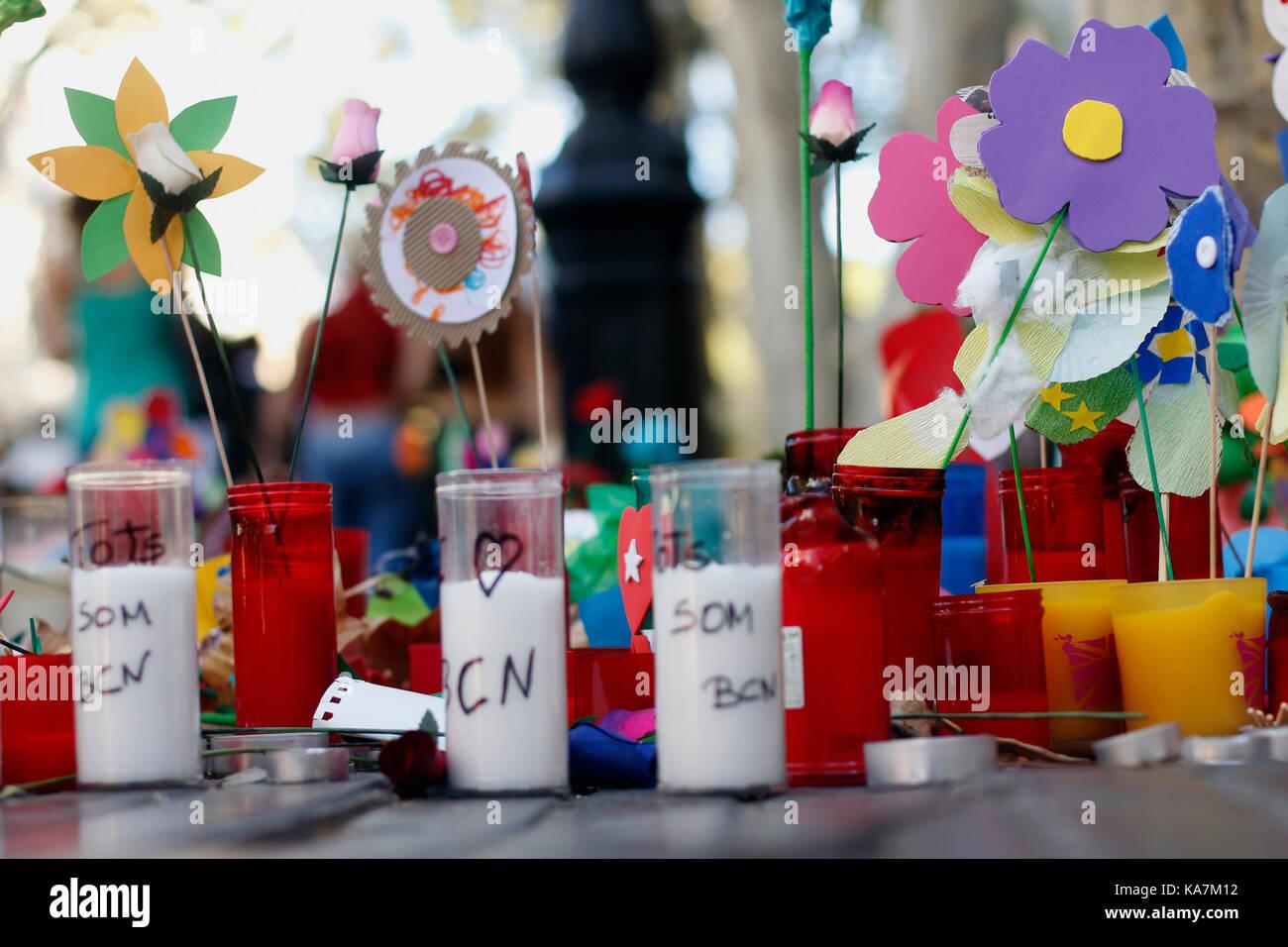 Barcelone/Espagne - 21 août 2017: les gens réunis sur la Rambla de Barcelone, où 17 août 2017 a été une attaque terroriste, donnant hommage à la mort d'au moins 15 victimes et plus de 120 blessés Banque D'Images