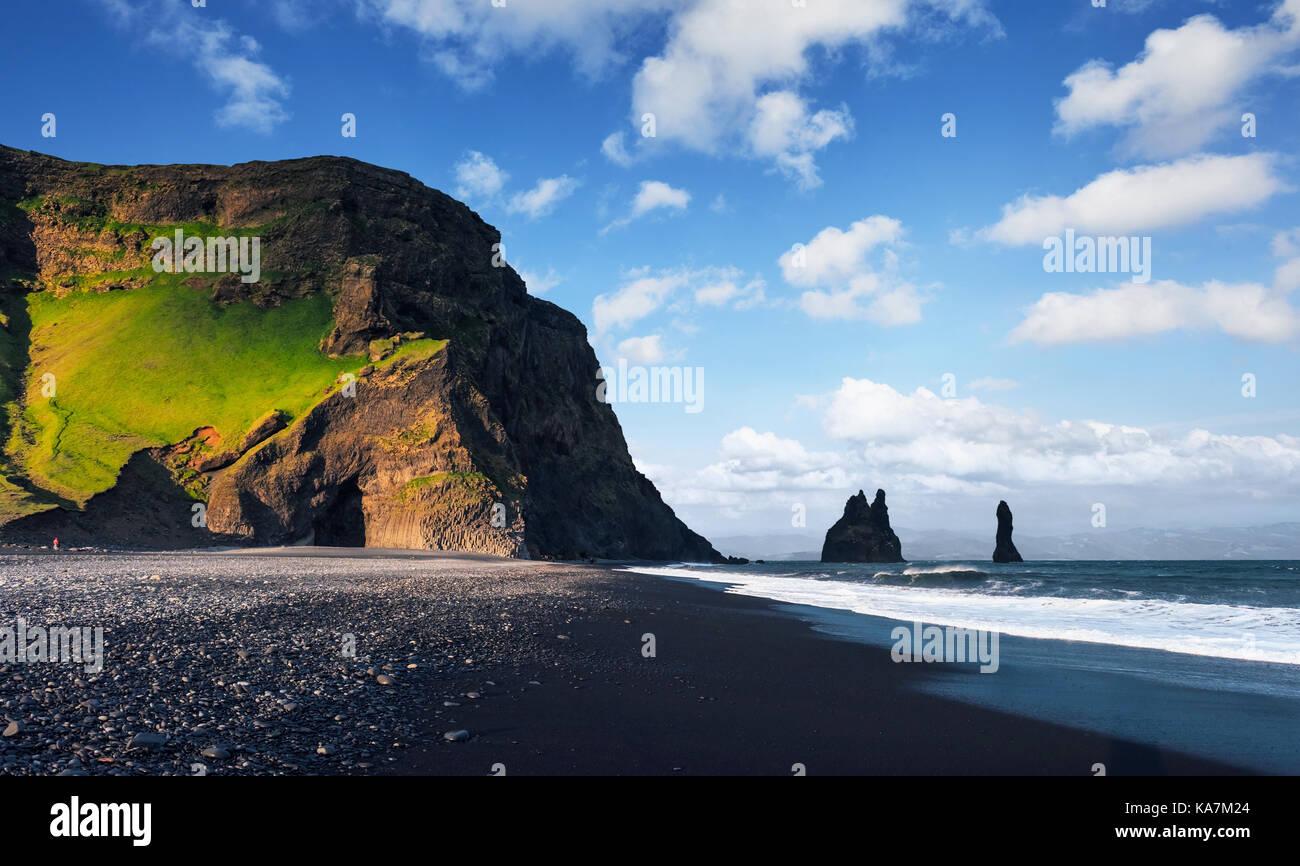 Reynisdrangar célèbres formations rocheuses à la plage de reynisfjara qui jouit noir. côte de Photo Stock