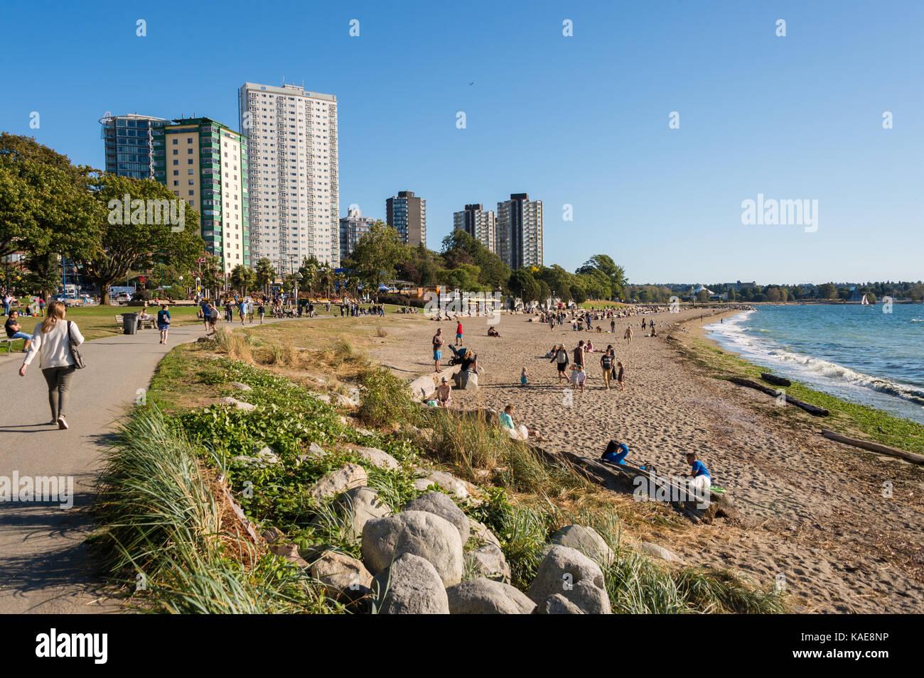 Les personnes bénéficiant d'une journée chaude et ensoleillée à Vancouver English Bay Photo Stock