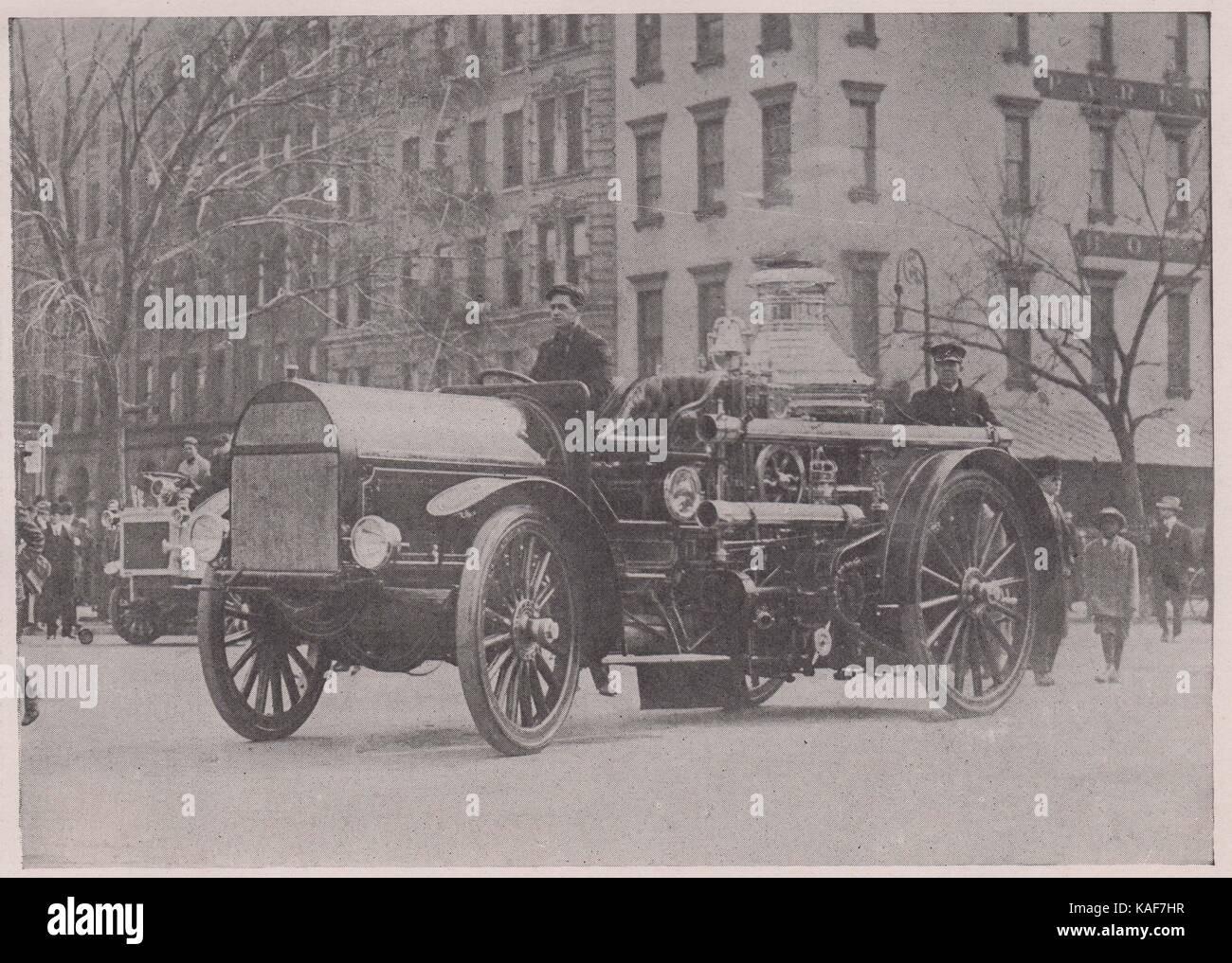 Motor-Propelled fire engine. Le premier appareil à moteur, moteur n°58, a été mis en service le 21 mars 1911. Son efficacité a… Banque D'Images