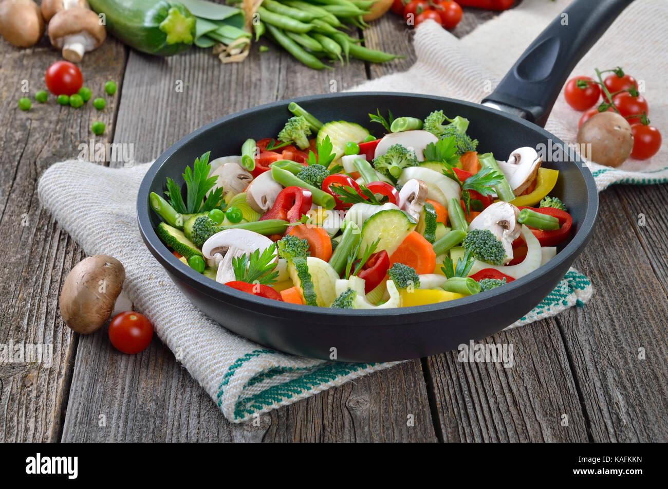 Des légumes hachés dans une poêle, placé o un vieux tissu en lin Photo Stock