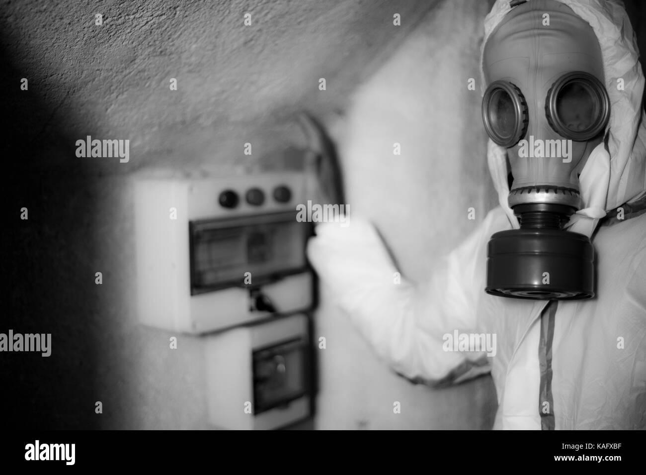 Homme AVEC UN MASQUE À GAZ ET DU GAZ - LA PREUVE RISQUE CHIMIQUE - CONTRÔLE DES GAZ FAIT EN DANGER - GAZ - TECHNICIEN Banque D'Images