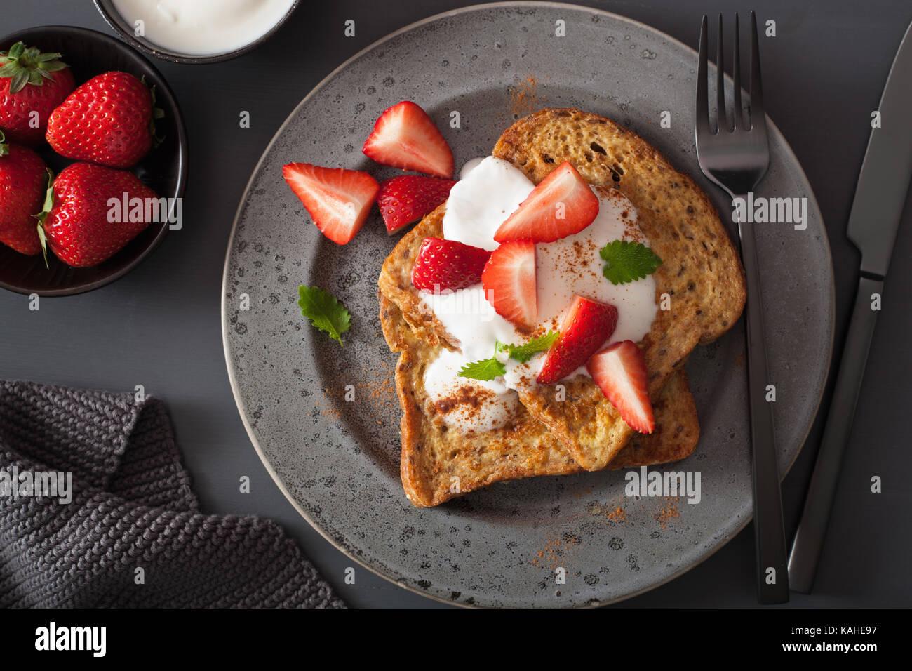 French toasts avec du yaourt et des fraises pour le petit déjeuner Photo Stock