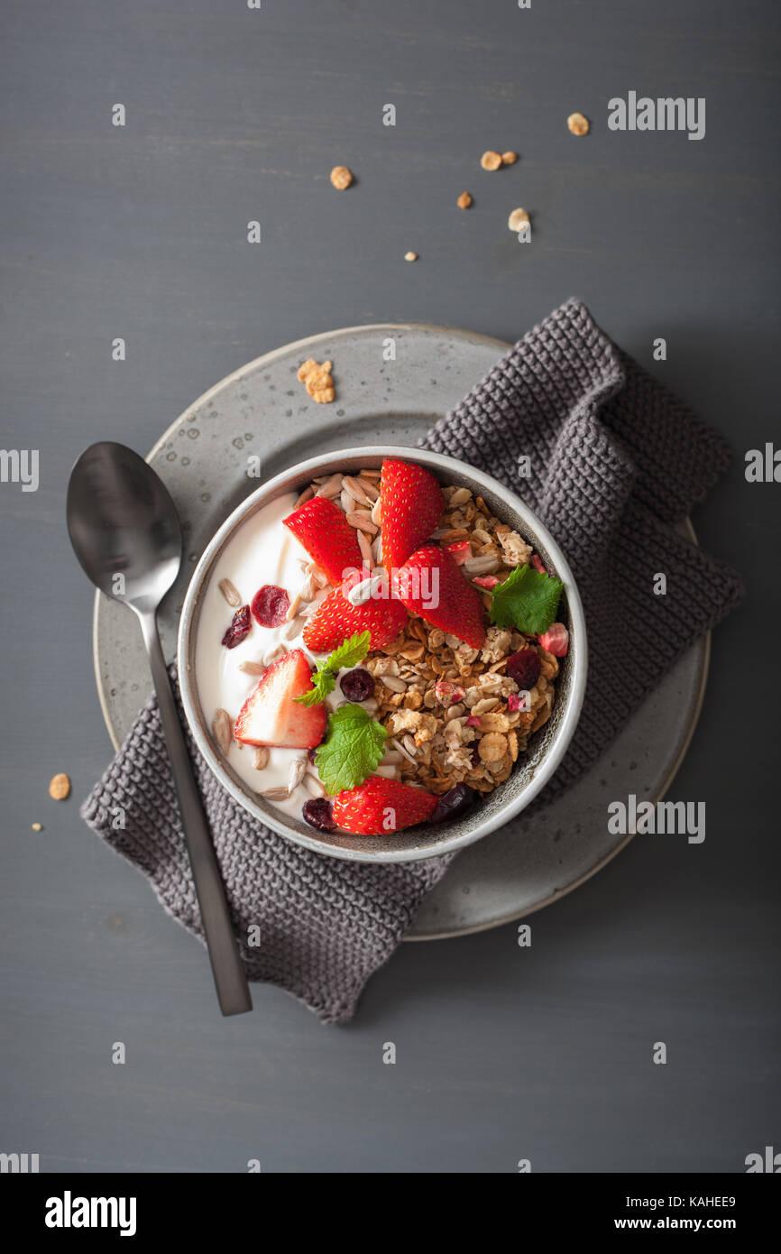 Le yogourt et granola avec des graines et de fraise pour le petit déjeuner Photo Stock
