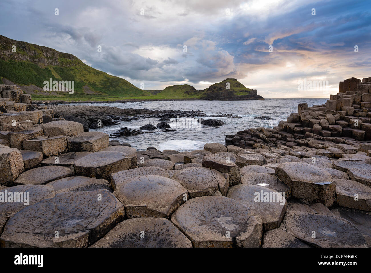 Les colonnes de basalte par la côte au coucher du soleil, Giant's Causeway, comté d'Antrim, en Irlande du Nord, Royaume-Uni Banque D'Images