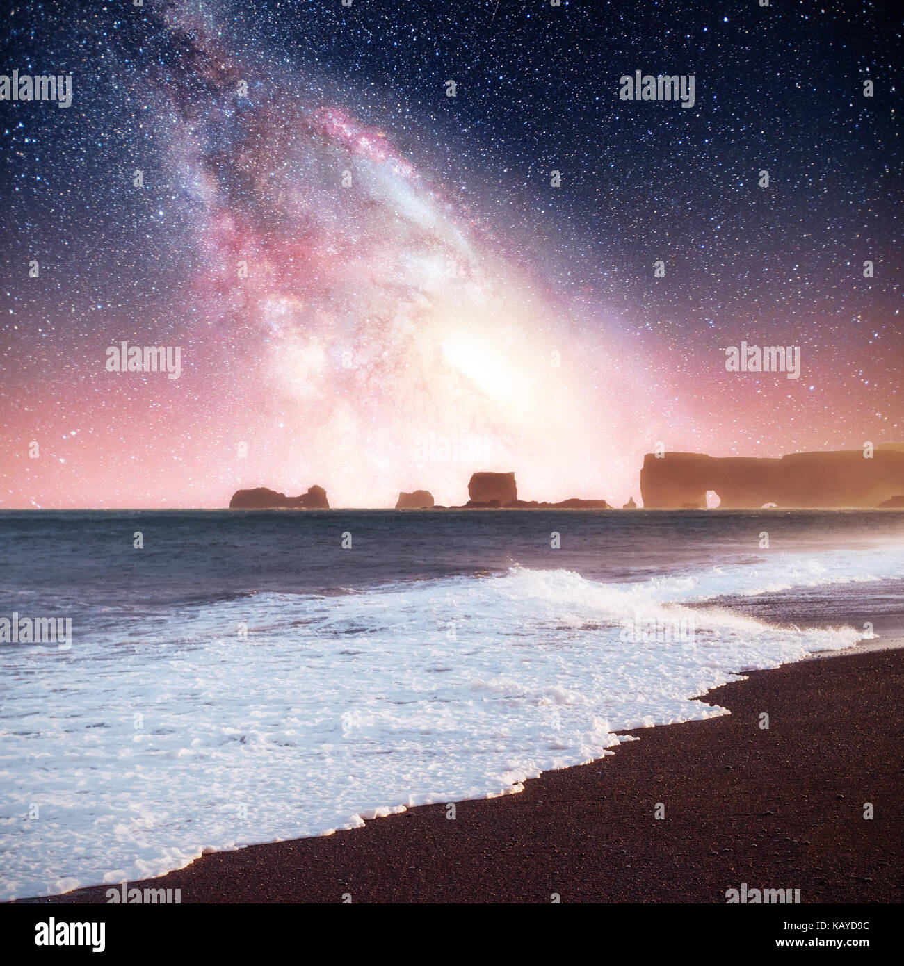 Ciel étoilé dans un spectaculaire rocher dans la mer sur la côte nord de l'Islande. légendes Photo Stock