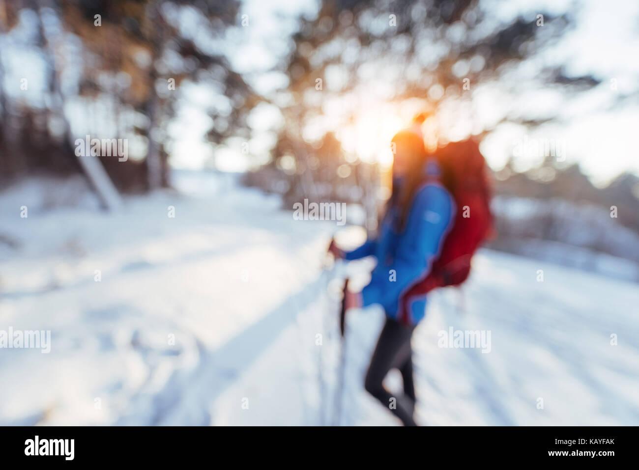 Woman traveler hors focale avec sac à dos de voyage aventure randonnée vie concept vacances actives à Photo Stock