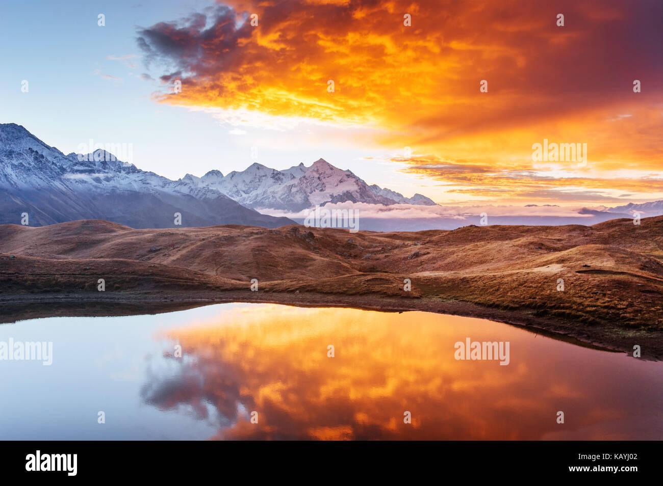 Lac de montagne. beau lever. matin. paysage lac koruldi. principal caucasian ridge Photo Stock