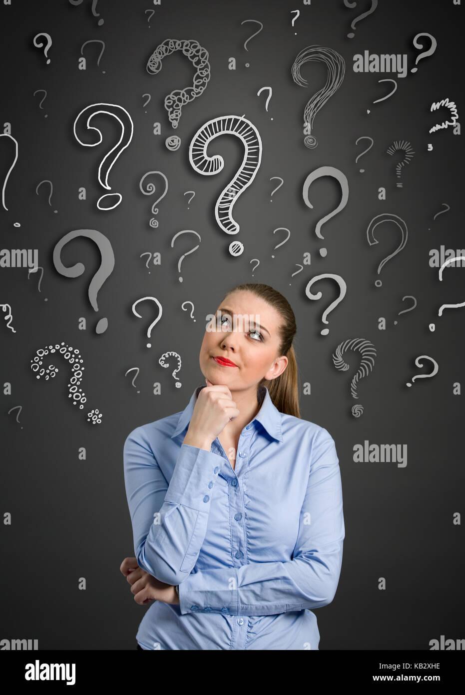 Belle femme avec l'expression en question et d'interrogation au-dessus de sa tête Photo Stock