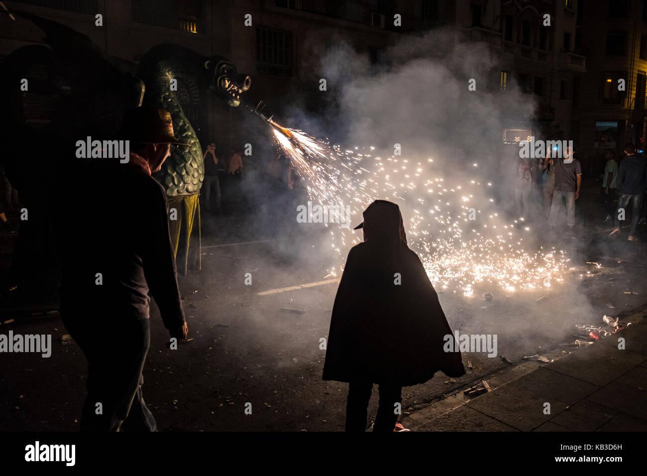 Correfocs sont parmi les plus remarquables caractéristiques présentes dans les festivals catalans. Dans le correfoc, un groupe d'individus s'habiller comme des diables. Banque D'Images