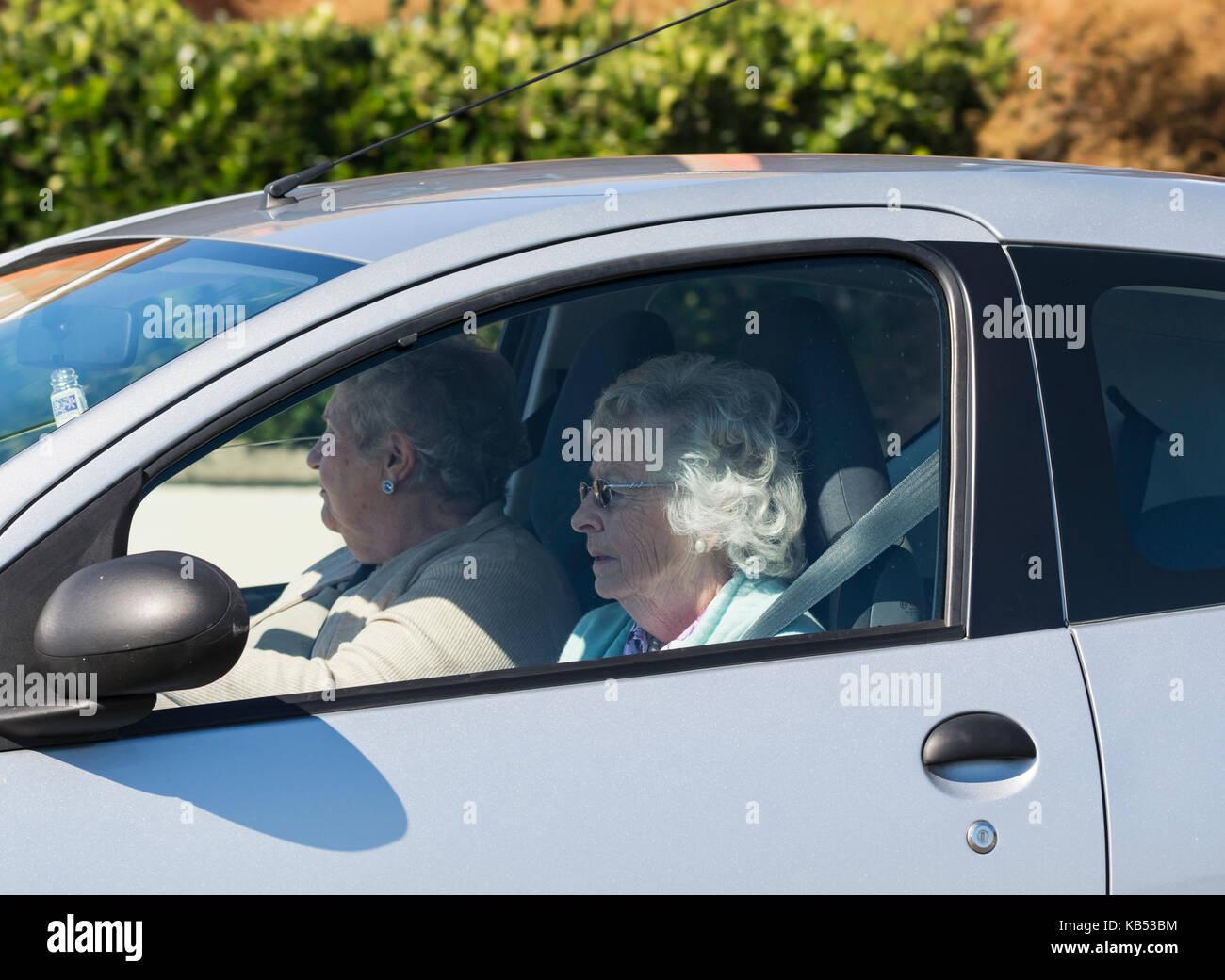 Paire de femmes âgées dans une voiture. Photo Stock