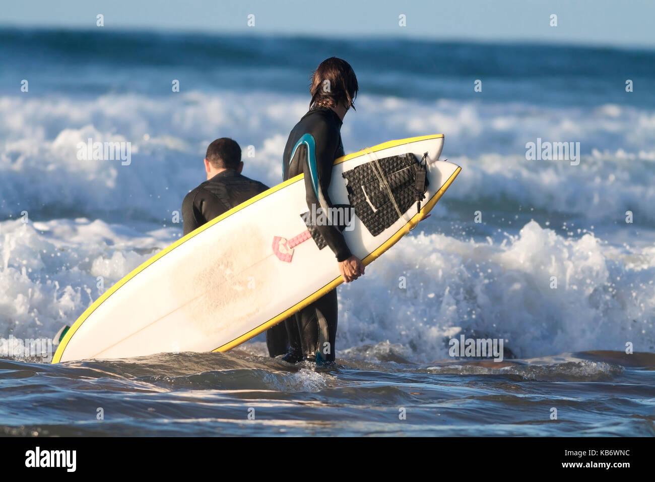 Surfeur sur la plage. Photo Stock