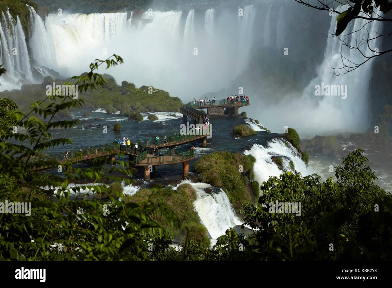 Touristes sur la plate-forme d'observation du côté Brésil des chutes d'Iguazu, Brésil - frontière Argentine, Amérique Banque D'Images
