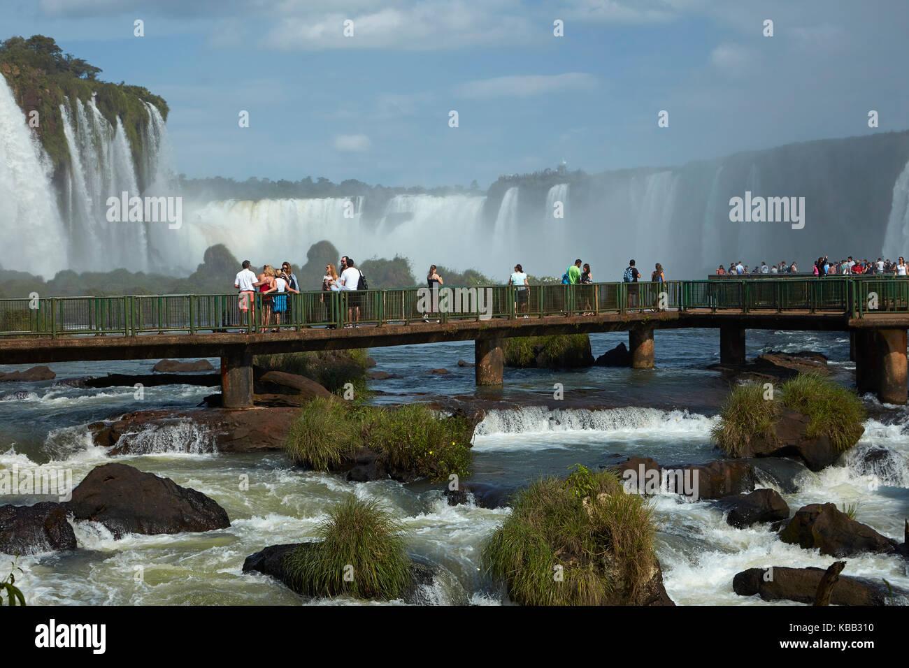 Touristes sur la plate-forme d'observation du côté Brésil des chutes d'Iguazu, Brésil - frontière Argentine, Amérique du Sud Banque D'Images